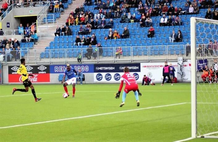 Johnson skrur et lurt skudd forbi keeperen til 1-0. Foto: André Kjernsli