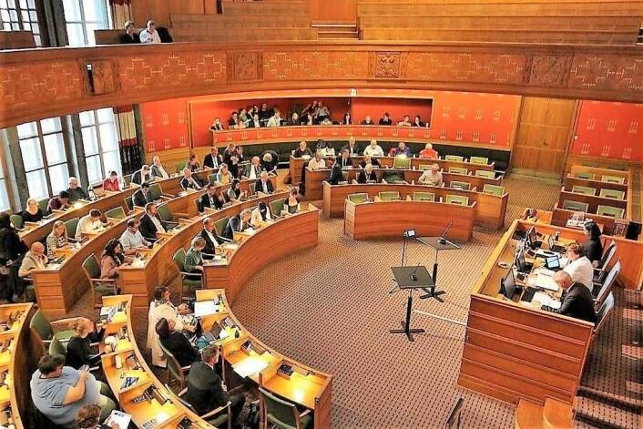 Ap og Frp mangler stemmer i denne salen for å få flertall til å søke staten om lov til å gjennomføre et forsøk med tvangsvaksinering i Oslo. SV teller på knappene frem mot neste bystyremøte i slutten av oktober. Foto: Andrè Kjernsli