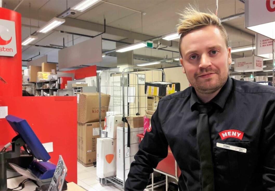 Butikksjef Thomas Skogmo foran noen av pakkene som venter på å bi hentet av kundene på Meny Løren. Foto: Anders Høilund