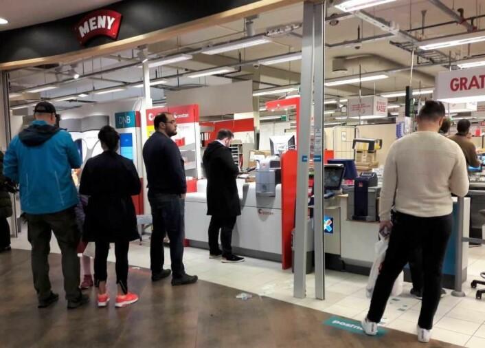 Posten-kunder til venstre, PostNord til høyre og tipping i midten. Meny på Løren har måtte omorganisere pakkeutleveringen og utvide lagerplassen for å kunne yte kundene service. Foto: Anders Høilund