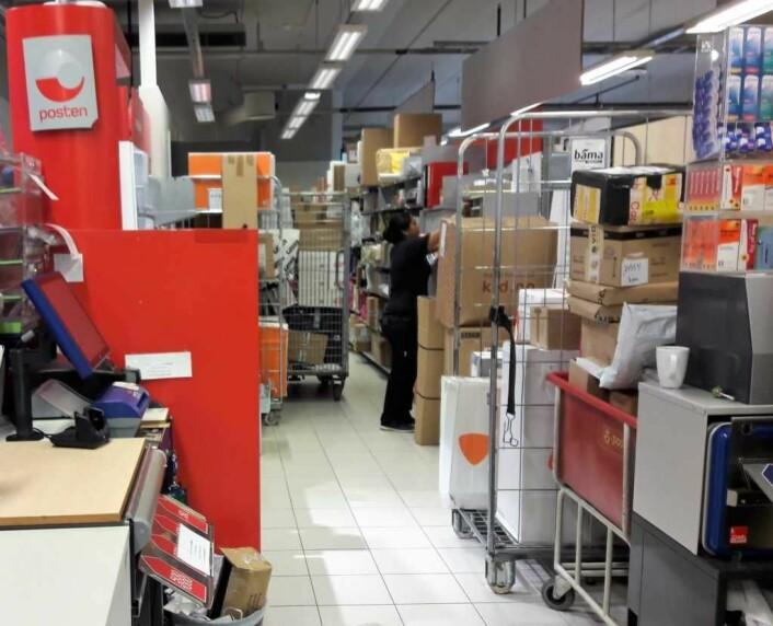 Rundt to tusen pakker går over disken hos Meny Løren i uka. ca. fem hundre av disse kommer fra PostNord. Foto: Anders Høilund