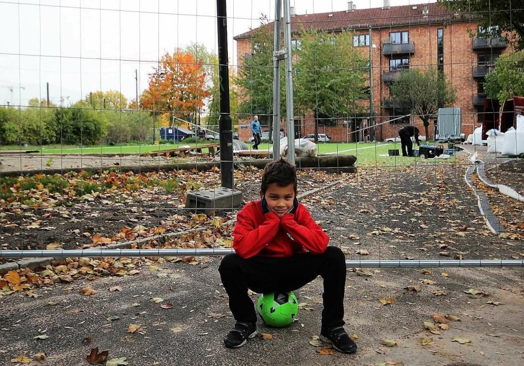 Fredrik Fredeng (6) og resten av fotballungene i Forward depper over å ikke ha egen fast treningsbane. Foto: André Kjernsli