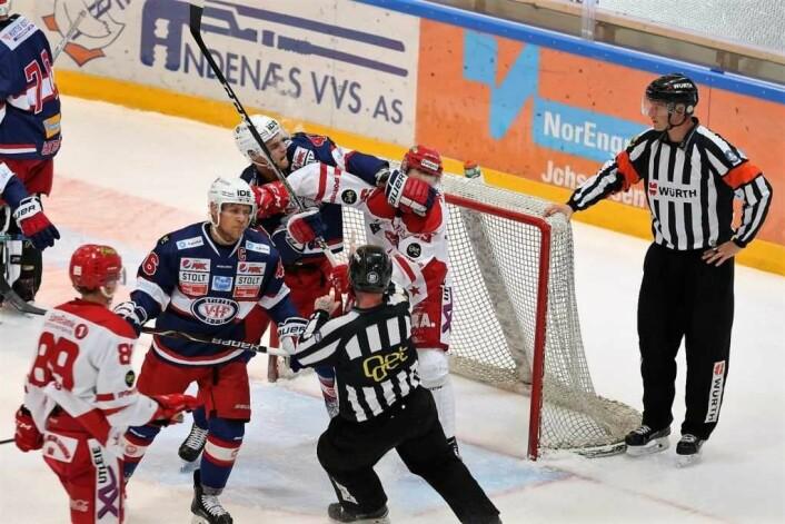 Tobias Lindström (nummer 46, med ansikt mot dommer) har tatt over som kaptein i Vif hockey. Foto: Atle Enersen