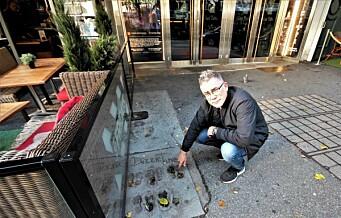 Hovedstadens walk of fame er skjult blant restaurantstoler og ølglass. Bymiljøetaten leide ut plassen til TGI Friday's uteservering