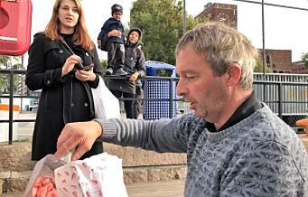 Tidligere industrifisker Geir selger fisk til forbipasserende rett fra båten ved Rådhusbryggene
