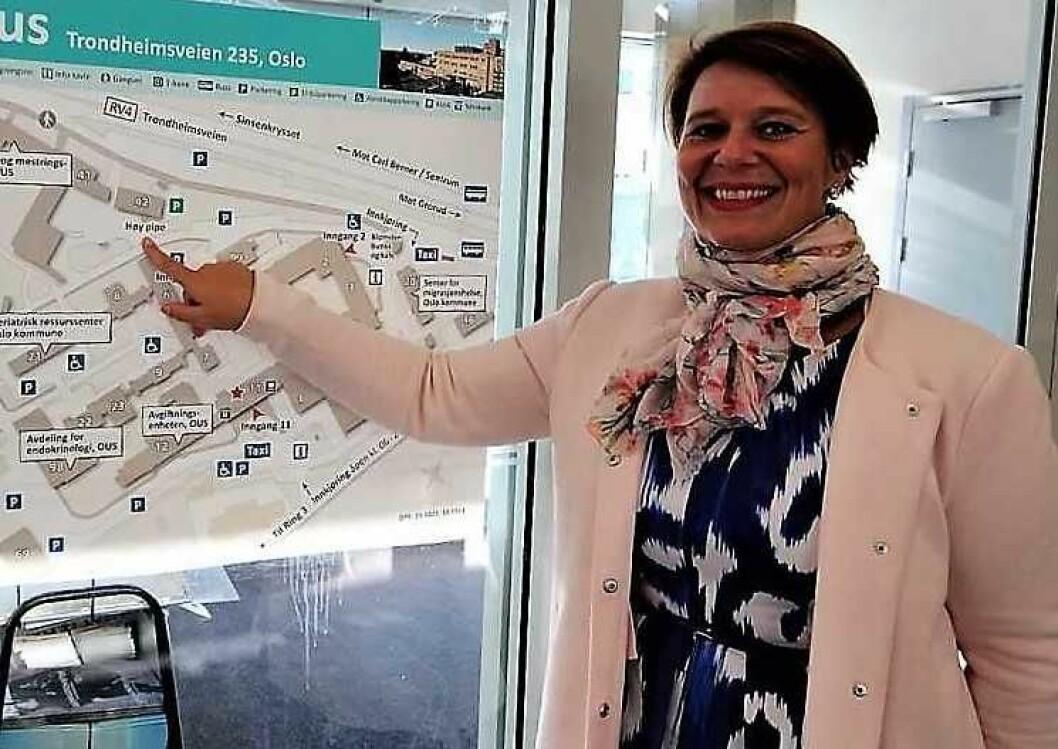 Helsebyråd Tone Tellevik Dahl (Ap) viser hvor Oslos nye storbylegevakt skal stå klar ved Aker sykehus i 2023. Får helsebyråden det som hun vil, skal alt helsepersonell ved den nye legevakten være vaksinert mot influense lenge før 2023. Foto: Andrè Kjernsli