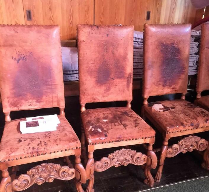 Selv om Lilleborg er en forholdsvis ny og moderne kirke, har den også gamle, vakre gjenstander som disse lærtrukkede stolene. Foto: Kjersti Opstad