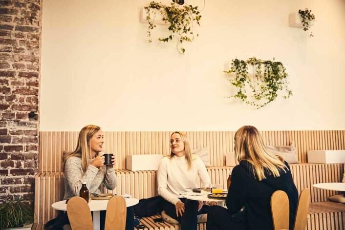 Vakre mennesker og lekkert skandinavisk interiør. Foto: Mandel & Sesam