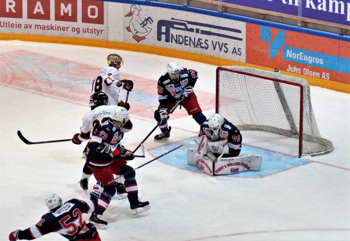 Frisk hadde flere sjanser, men Steffen Søberg beviste hvor viktig en god keeper er for et hockeylag. Null baklengs er en sterk prestasjon av Engas bestemann tirsdag kveld. Foto: André Kjernsli