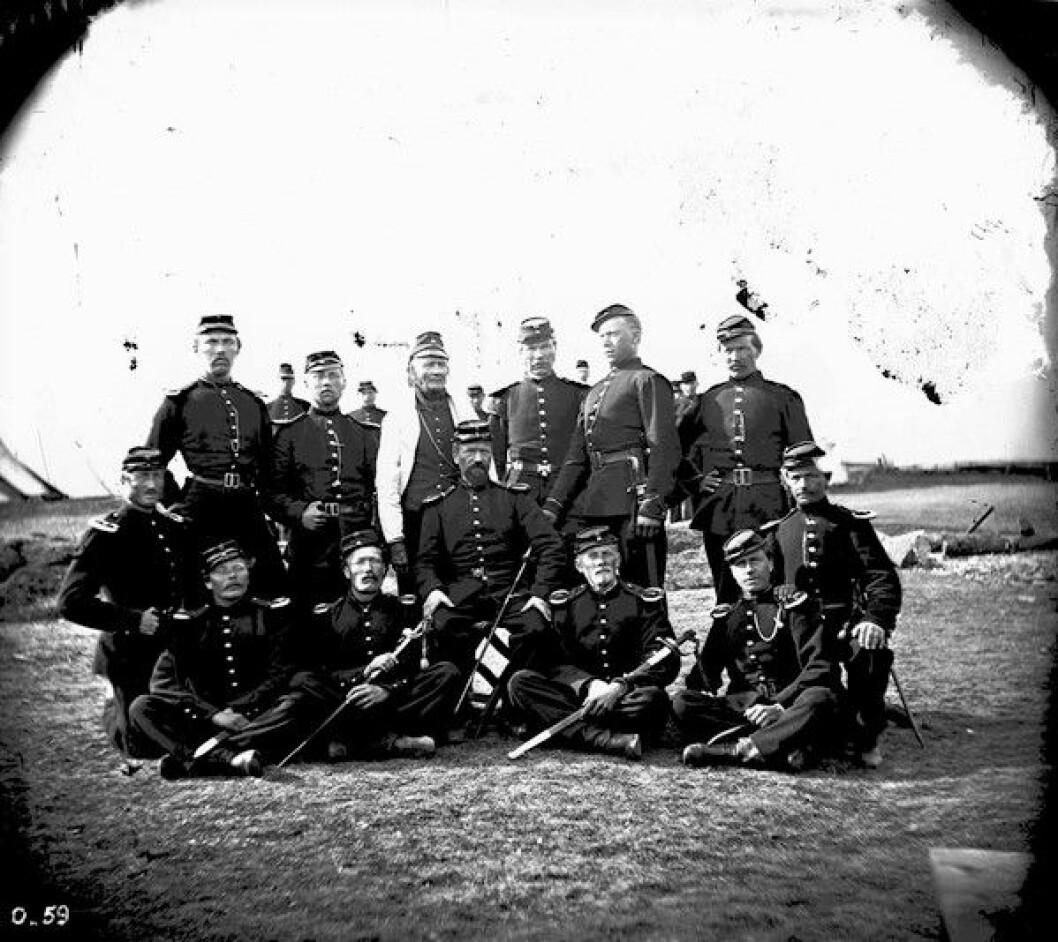Soldater og offiserer på Etterstadsletta i 1868, som vil si 47 år etter hendelsene i denne artikkelen. Foto: Ole Tobias Olsen