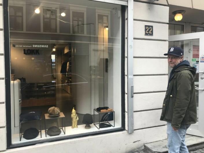 Ole Alexander Mustad foran butikken sin. Foto: Naimo Kahiye