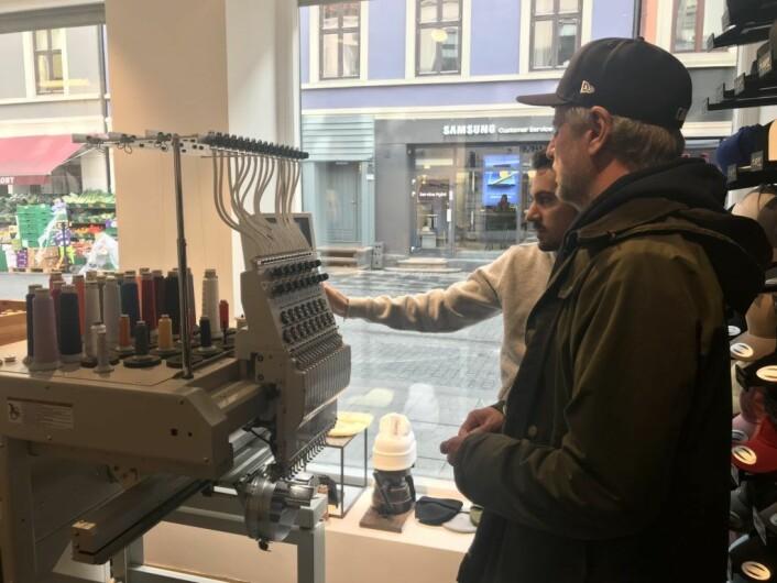 Butikken tilpasser hattene til kundenes behov. Foto: Naimo Kahiye