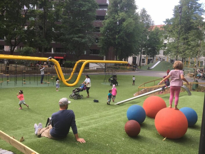 I denne lekeparken koser barna seg tidlig og sent. Foto: Vegard Velle