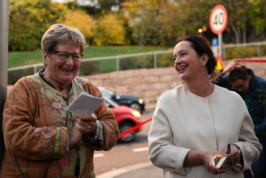 Leder i Valleløkken- Bolteløkka val Helga Arnesen og bydelsutvalgsleder Anne Christine Kroepelien (H) er god fornøyd med å få opparbeidet tomta fra skrotplass til byhave. Foto: Morten Lauveng Jørgensen