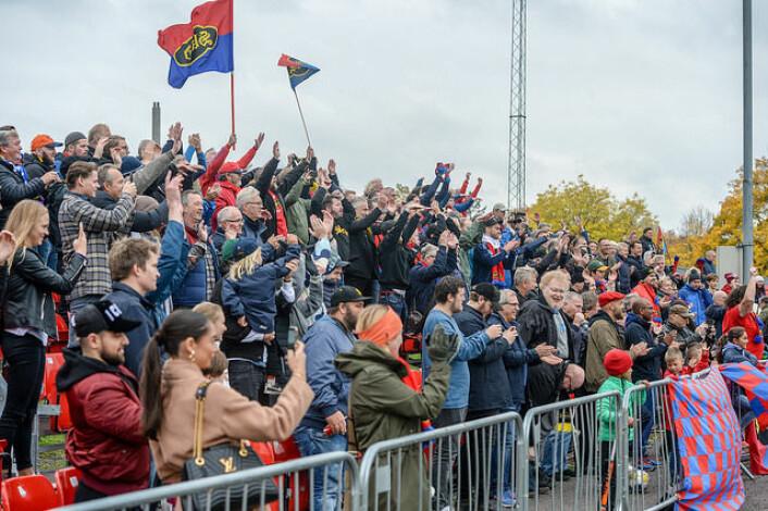 Rundt et halvt tusen mennesker møtte opp for å oppleve spenningen da Skeid slo Arendal 1-0 på Skeid-banen. Foto: Anders Vindegg