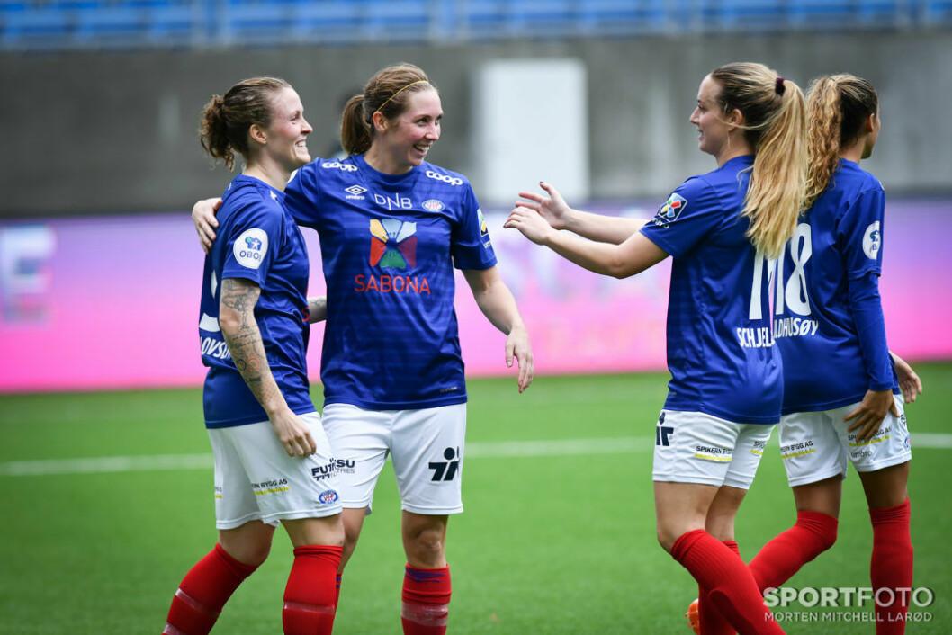 Målscorerne Isabell Herlovsen og Marte Berget gratuleres av Ingrid Schjelderup. Foto: Morten M. Larød/Sportfoto.
