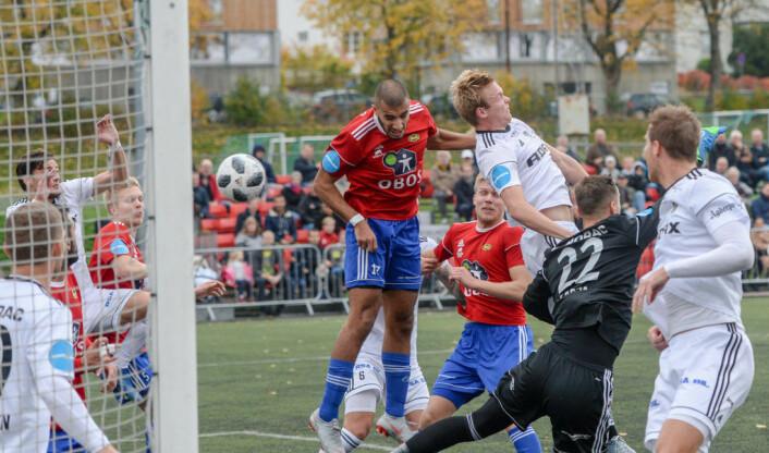 Ayoub Aleesami (i rødt, midt på bildet)header inn seiersmålet for Skeid over Arendal. Et meget viktig mål i kampen om å rykke opp. Foto: Anders Vindegg