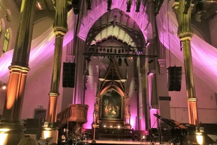 Store deler av Jakobsmessen var kirken svøpt inn i et vakkert, kunstnerisk, lilla lys som dannet bakteppet for en fin kulturopplevelse. Foto: Kjersti Opstad
