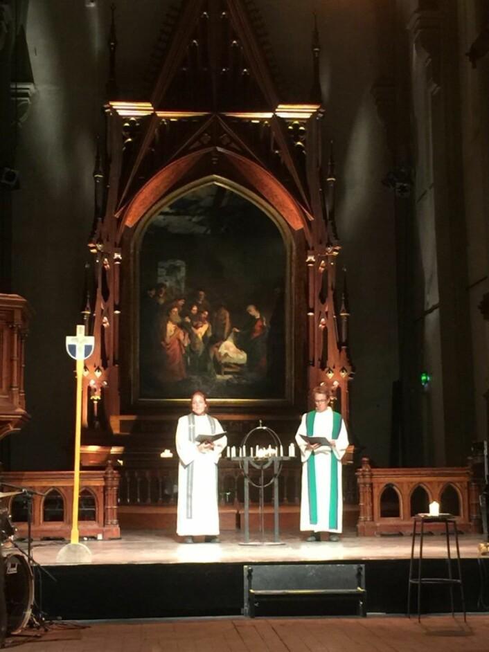Dagens liturger var Camilla O. Eskildsen og Inger Anne Naterstad. Her foran altertavlen Hydernes tilbedelse, malt av Eilif Perdersen i 1880. Foto: Kjersti Opstad