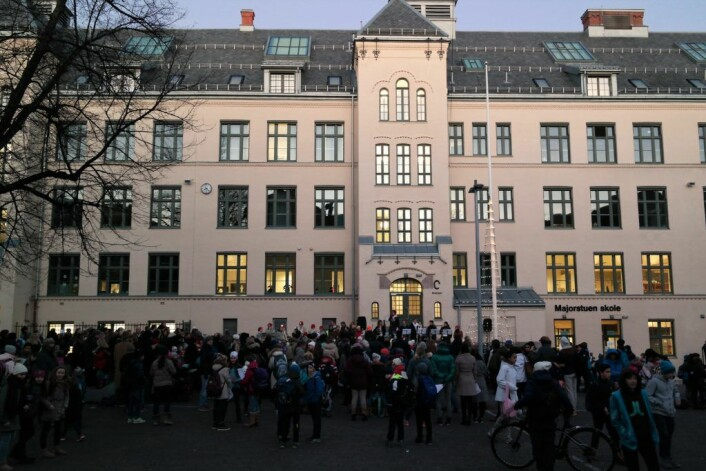 Elevene ved Majorstua skole fikk først lov til å bruke skolegården da politiet hadde oversikt over situasjonen mandag ettermiddag. Foto: Utdanningsetaten
