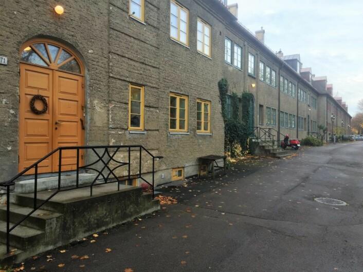 Økernveien på innsiden av støyskjermen mot Lille Tøyen Hageby skifter navn til Aud Schønemanns vei. Foto: Vegard Velle