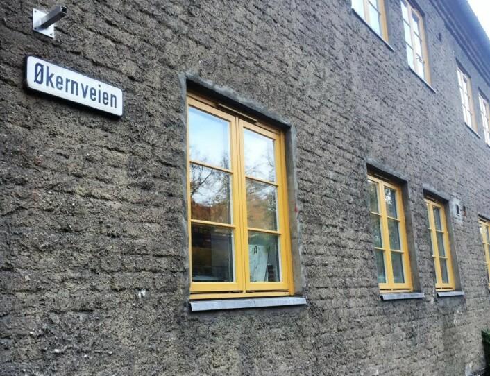Navneendringen til Aud Schønemanns vei er på gang i disse dager. På gateskiltene står det fortsatt Økernveien. Foto: Vegard Velle