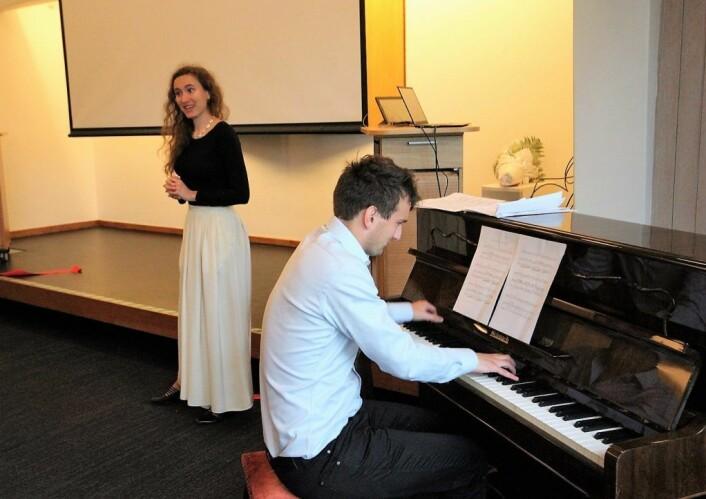 Eira Sjaastad Huse akkompagnert av Emil Duncumb framførte musikk av Edvard Grieg, Johan Halvorsen, Rakhmaninov og Bizet. Alle stykkene hadde en slags tilknytning til Frogner bydel. Foto: André Kjernsli
