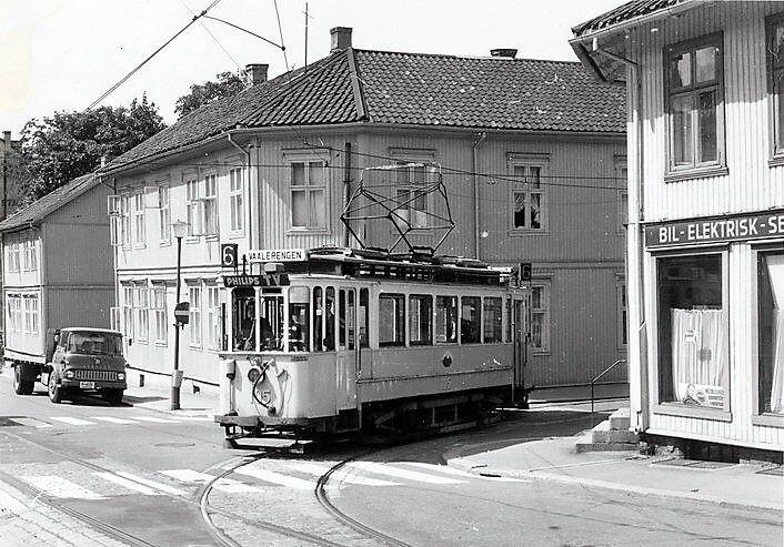 Trikken svinger i krysset Vålerenggata og Ingeborgs gate. Trikkelinjen ble lagt ned i 1968. Foto: Arne Lannerstedt/Oslo byarkiv