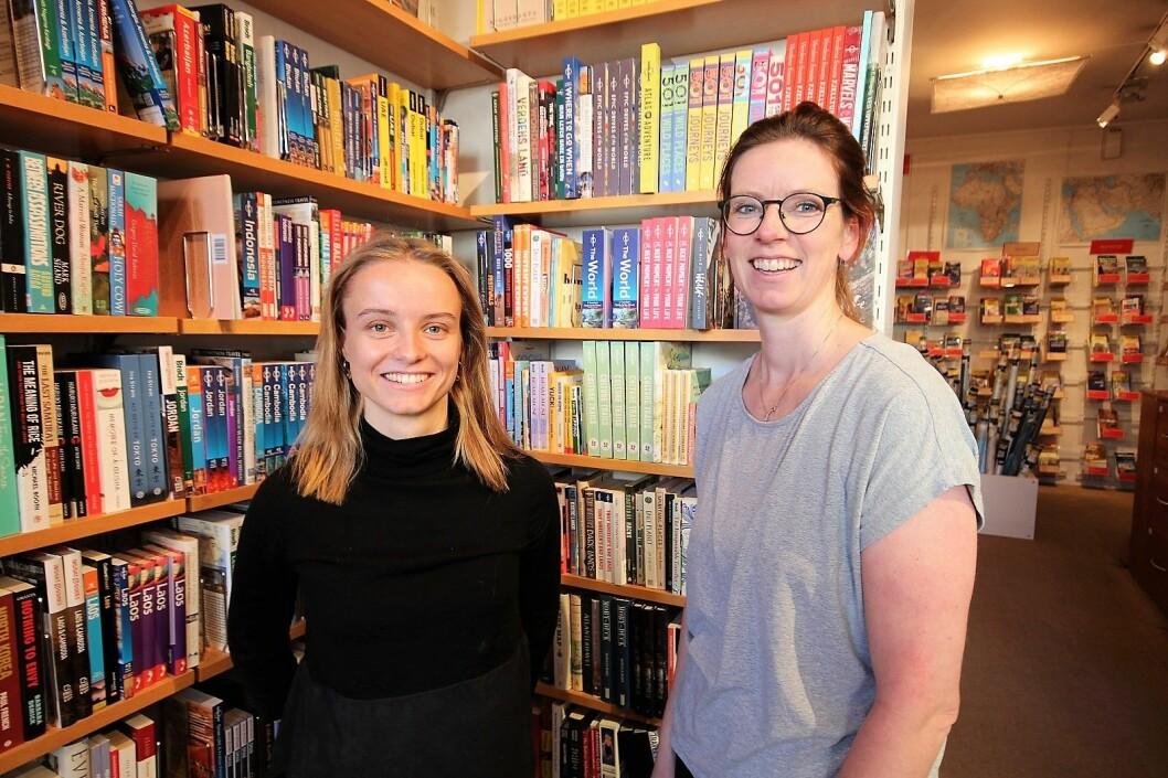 — Når folk søker jobb i Nomaden, så spør vi dem om reise-cv, sier assisterende butikksjef Julie Stenstadvold (til v.) og butikksjef Mette Andersen. Foto: André Kjernsli