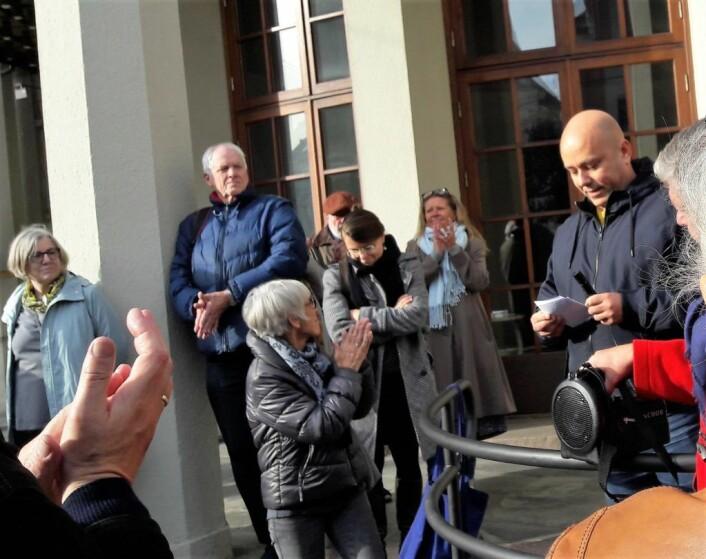 Bydelsutvalgsleder Helge Stoltenberg sto for avdukingen av skiltet. Foto:Anders Høilund