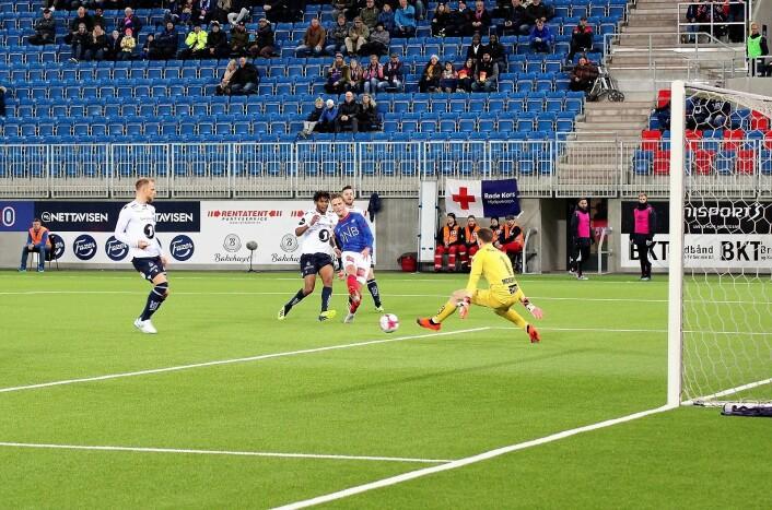 Magnus Grødem setter ballen bak Kristiansunds irske keeper, Sean McDermott. Men Vålerenga blir korrekt avblåst for offside og målet annullert. Foto: André Kjernsli