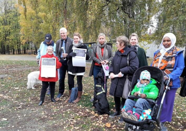 Både voksne og barn, to og firbeinte brukere av parken stilte opp for å si i fra at de har ventet lenge nok på at parken skal bli ferdig. Foto: Anders Høilund