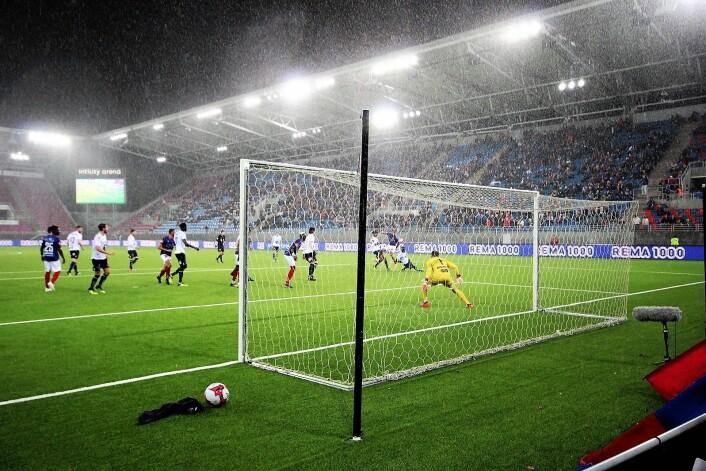 Det ble en riktig ufyselig kveld for alle som er glad i Vålerenga. Ikke nok med tap, mot slutten av kampen kom også høstregnet til Vålerengas praktstadion på Valle. Foto: André Kjernsli
