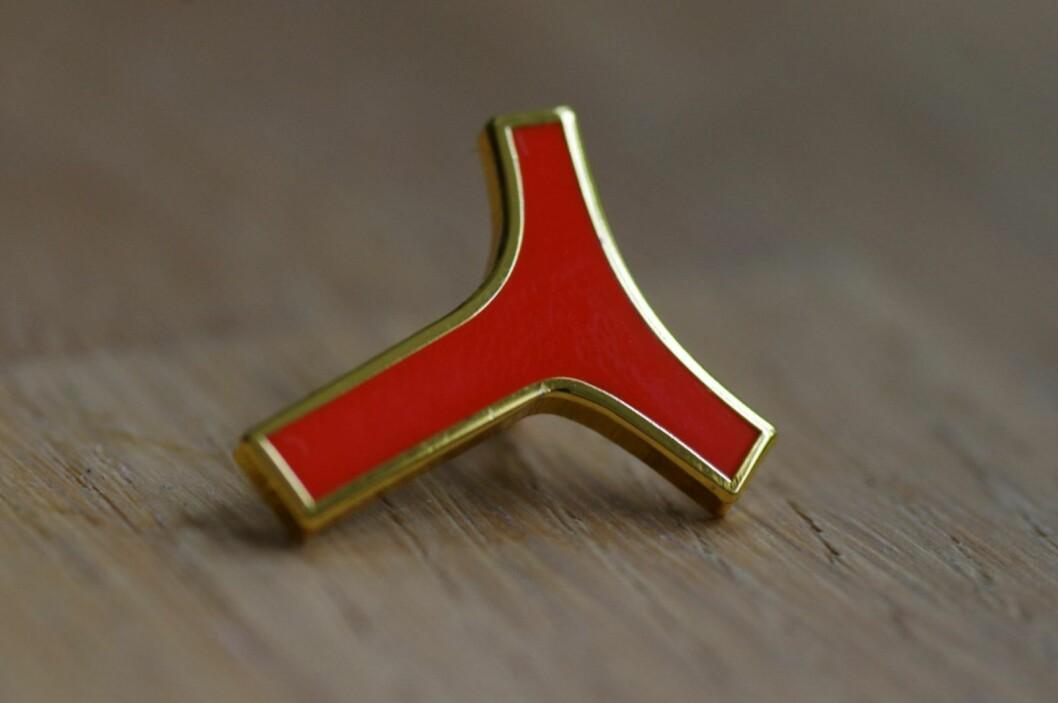 Y-pins blir neppe like ettertraktet som OL-pins fra vinterlekene på Lillehammer i 1994. Men aksjonistene selger pins for å finansiere bevaringskampen. Foto: Støtteaksjonen for bevaring av Y-blokka