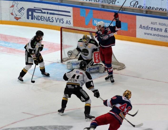 Lindstrøm fyrer av nok et skudd, og Ylven håper den skal skli inn i Oilers-buret. Foto: André Kjernsli