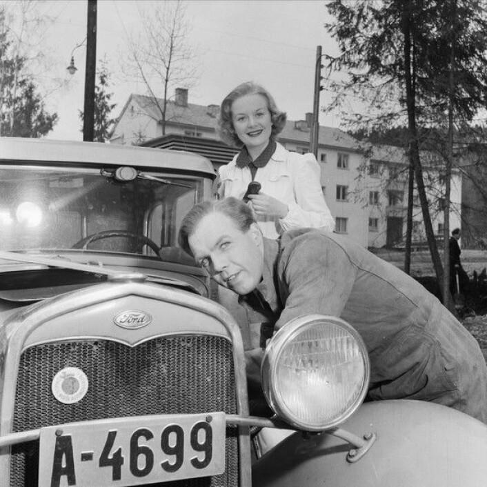 Hjemme hos Randi Kolstad. Bilen er en Ford, modell A 1931. Foto: Leif Ørnelund / Oslo museum