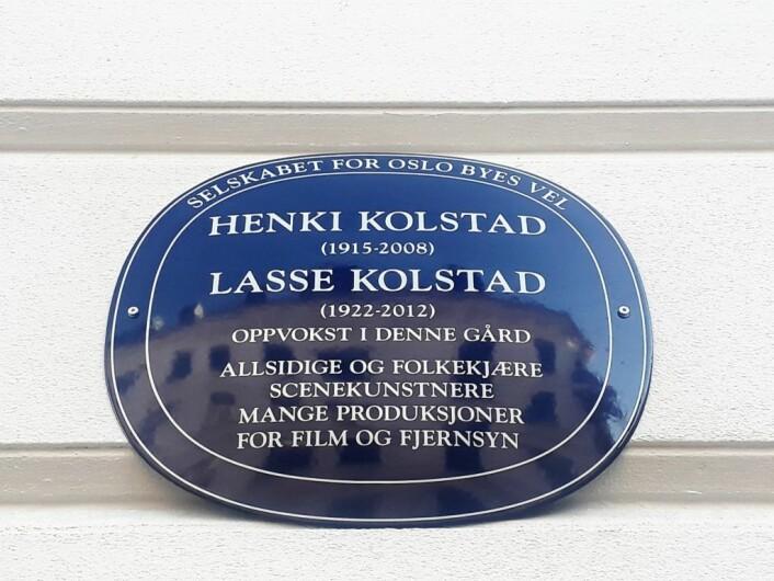 Det blå skiltet til Lasse og Henki Kolstad. Foto: Emilie Pascale Bloin Helgheim