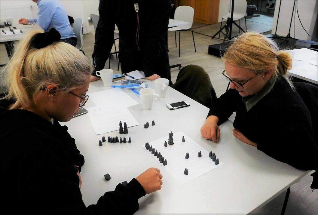 Den første runden i Sáhkku-turneringen har begynt. Her, Evelyn Nilsen vs Kristine Ballari. Foto: Astri Mari Nyborg