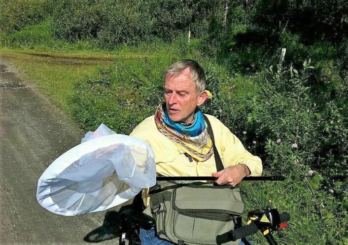 Selv sittende i rullestol, er Morten ute på fluejakt med håven. Foto: Sissel Henriksen