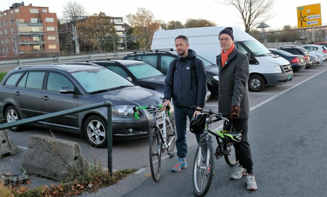 Lokalpolitikerne Tore Wilken Nitter Walaker (t.h) og Arne Olav Haabeth mener sykkelveien mellom Kongen Marina og Hjortneskaia må utbedres for å unngå alvorlige ulykker. Foto: Christian Boger