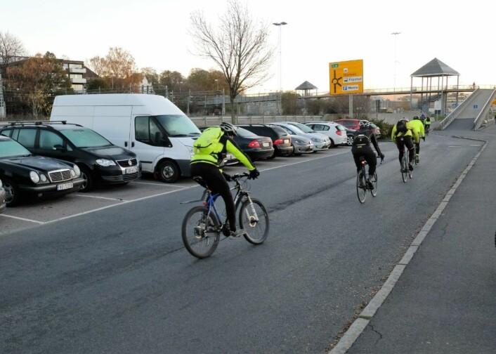 Parkeringsplassen ved Kongen Marina er med på å skape farlige situasjonen når syklistene må over fra tre felt til ett. Foto: Christian Boger