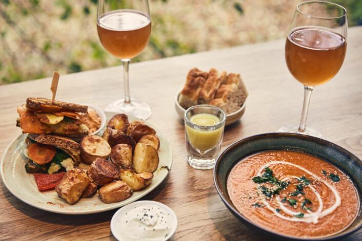 Vi bestiller dagens suppe og grillet sandwich med ovnsbakte poteter. Foto: Kristin Svanæs-Soot
