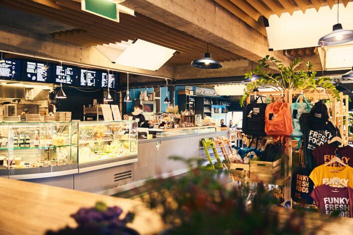 Her selges kokebøker, julebord og miljøvennlige vaskemidler. I tillegg til vegansk lunsj. Foto: Kristin Svanæs-Soot