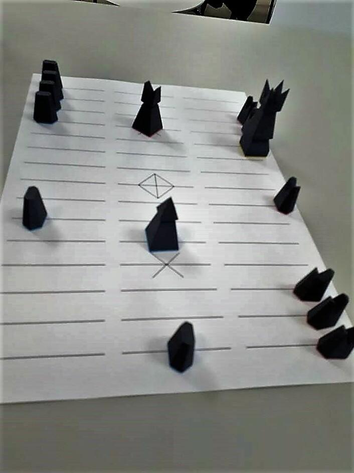 Begge spillere har seks soldater igjen. Tre av Furulys er aktivert og står på hjemraden. To av Nystads er aktivert, og den ene står på midterste rad.