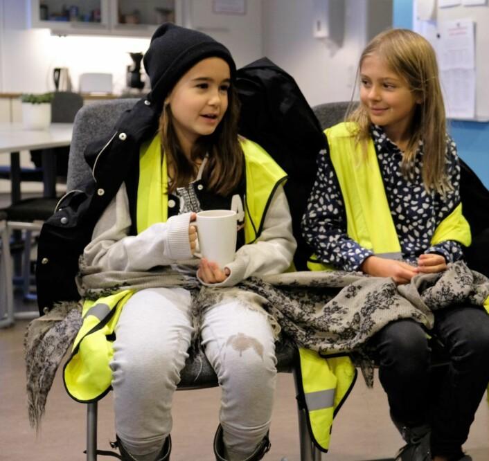Thelma Klyve Velardez (t.v) og Lykke Gansås Jonass er godt fornøyd med helsebror Kumar på Løren skole. Foto: Christian Boger