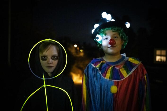 Bruk lys og reflekser som en del av Halloween-kostymet. Da blir barna både synlige og skumle. Foto: Codan Forsikring.