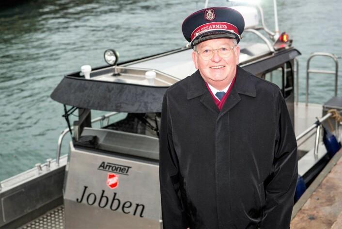 Frelsesarmeens kommandør og øverste leder i Norge, William Cochrane, foran tiltaket Jobbens nye ryddebåt i indre Oslofjord. Foto: May B. Langhelle/Frelsesarmeen