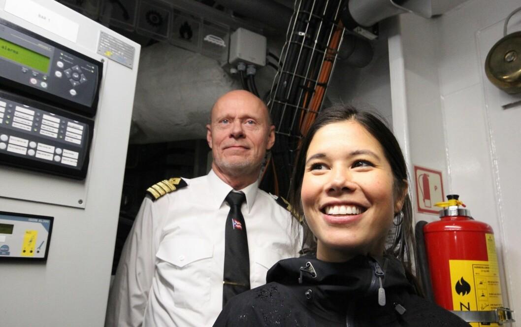 Lan Marie flankert av kaptein Morten Berg nede i maskinrommet. Foto: André Kjernsli
