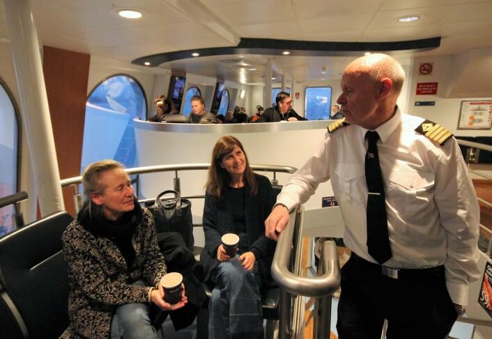 Kaptein Morten Berg i passiar med noen av de mange reisende. Foto: André Kjernsli