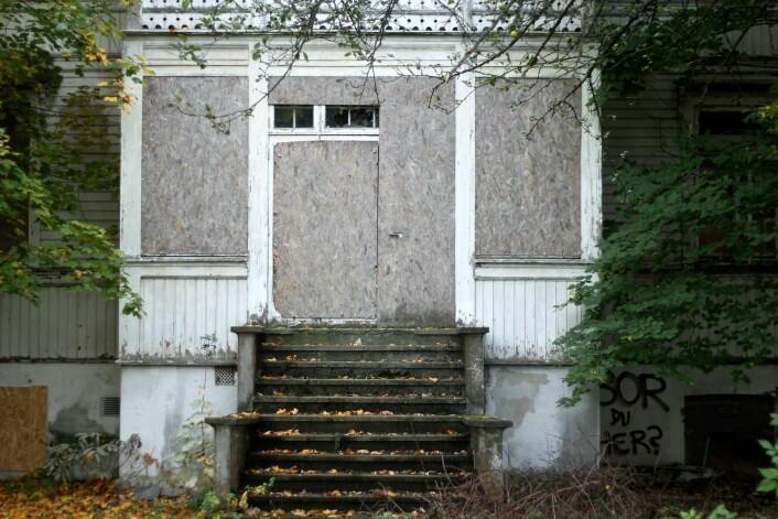 Bor du her? Grafitti og gjenspikrede dører og vinduer preger den vernede sveitservillaen i Ormsundveien 12, som har stått tom i ti år. Foto: Pål Velo